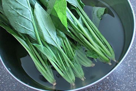 ほうれん草の茹で方、根元を洗う