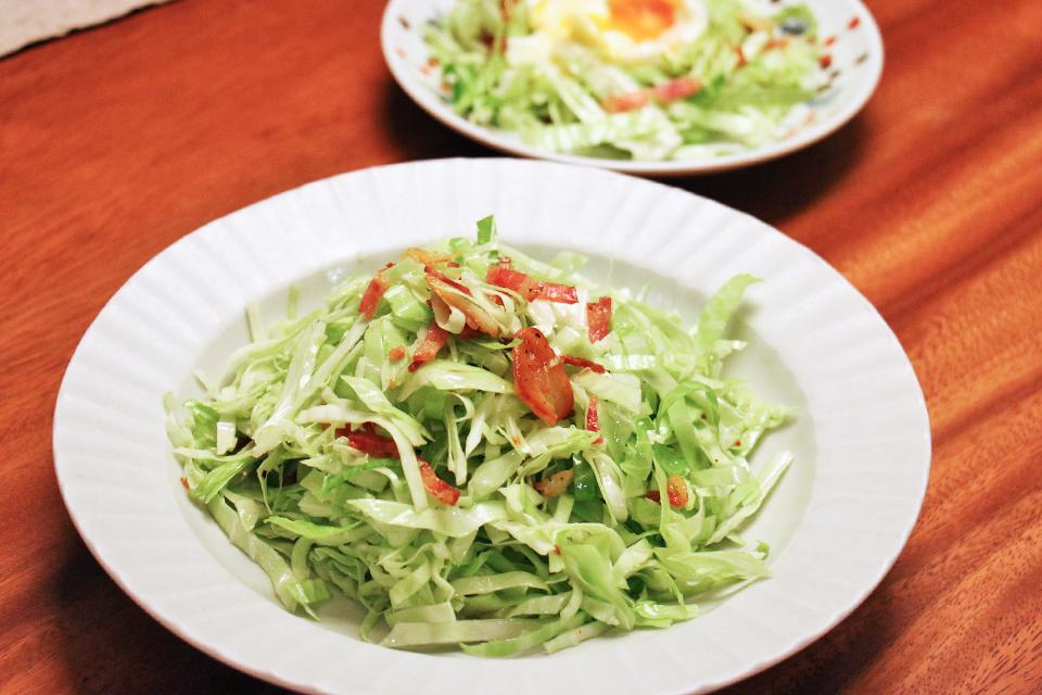 キャベツのトスサラダ(ベーコンとにんにく)
