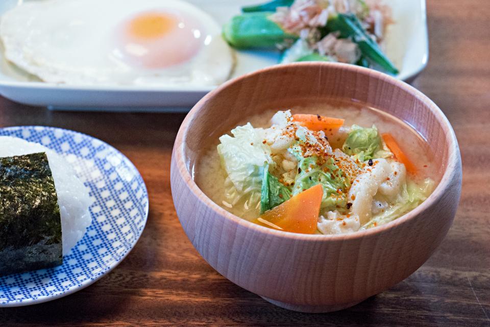 白菜とにんじんと油揚げのお味噌汁