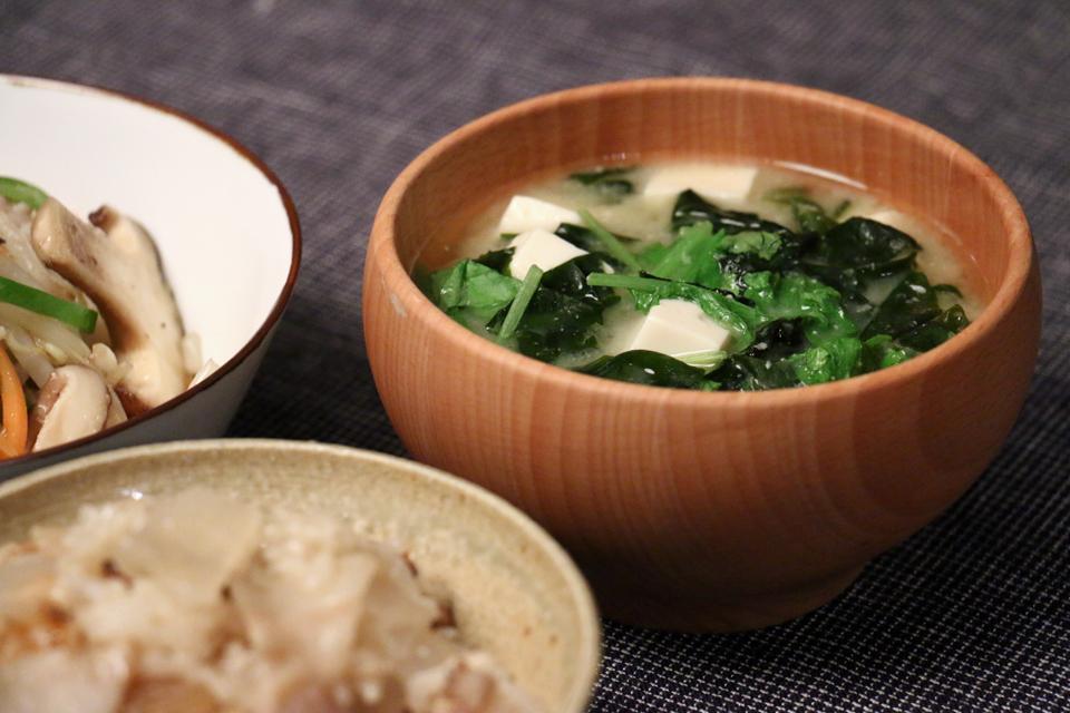 豆腐とわかめと大根菜のお味噌汁