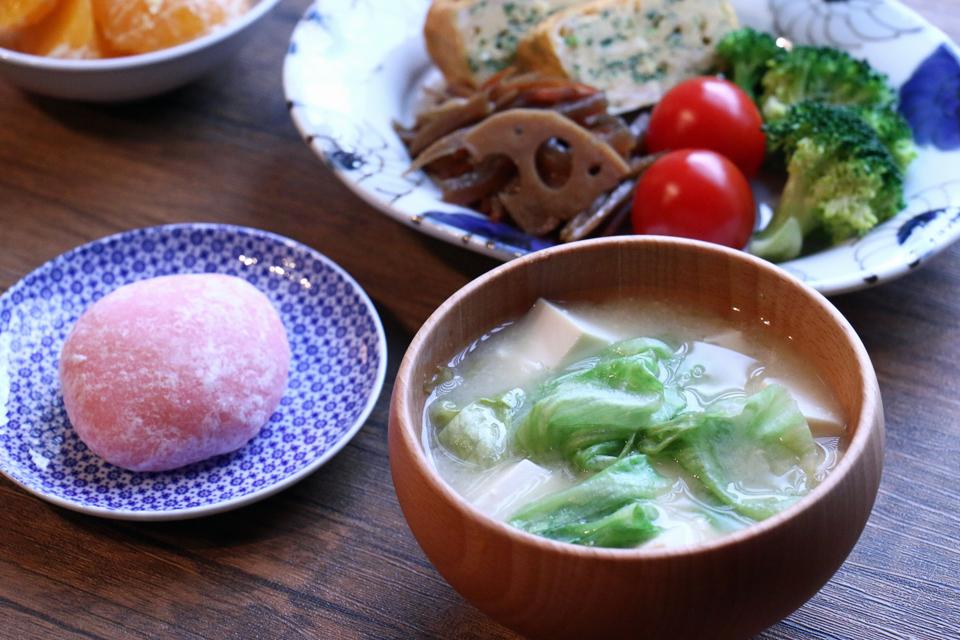豆腐とレタスのお味噌汁